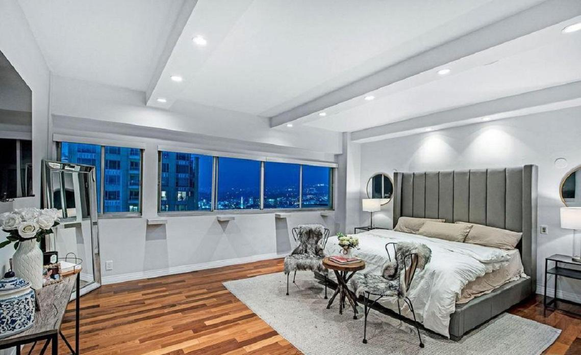 Apartment Exquisitely renovated 2 bed   den 2bath photo 5729856